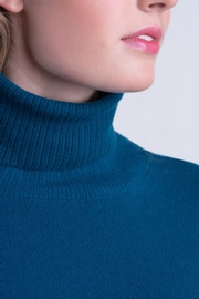 100% Cashmere solid turtle neck. Flat ribs on bottom and