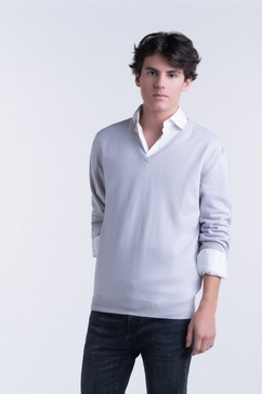 100% Cashmere V Neck sweater for men. Classic shape.