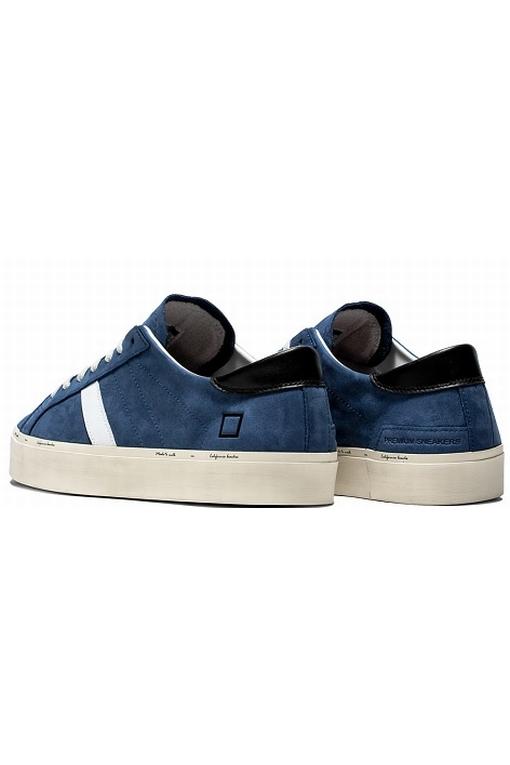 Sneaker basse en nabuk bleu. Bande latérale en cuir blanc.