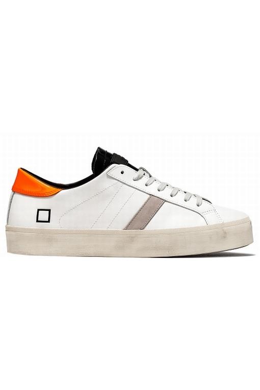 Sneaker basse en cuir blanc. Sur la languette, en cuir