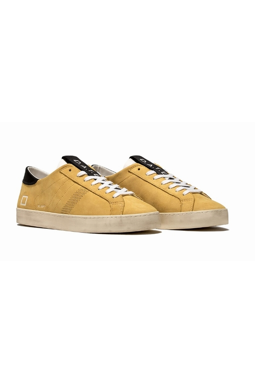 Sneaker baisse en nabuk jaune. Sur la languette en cuir