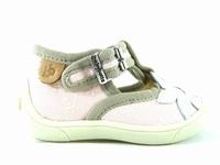 la paire de chaussures menthe de babybotte présentée ici