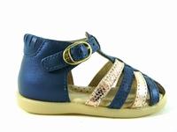 la paire de chaussures 7074 de babybotte présentée ici peut